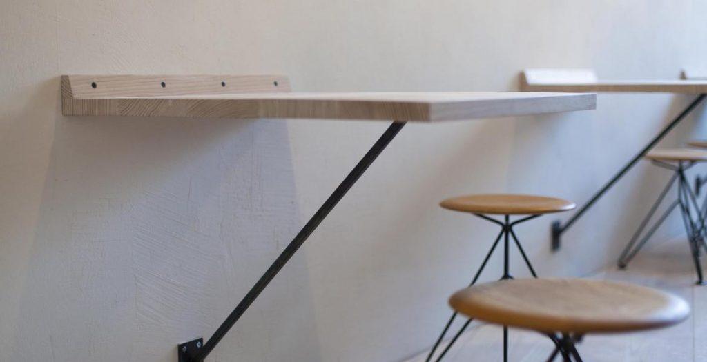 Tisch an der Wand montiert