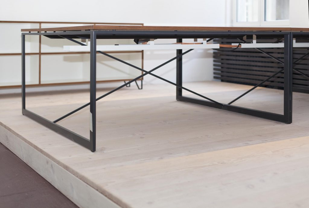 Tisch auf Podest aus Massivholzdielen